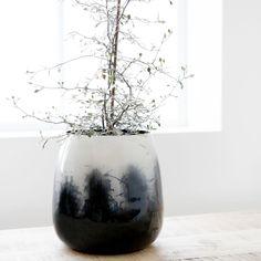 Obal na květník či váza ze železa s efektem inkoustových skvrn od dánské značky House Doctor k dostání na e-shopu Nordic Day.