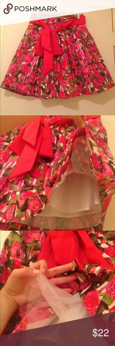 Floral skirt Summer floral skirt. Gorgeous red bow at the hips. Tule with lining under to give the skirt a poof. Supper cute skirt work with a shirt tucked in. No stains, or rips perfect condition. Length is 18.5 in Forever 21 Skirts