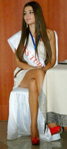 ÇILGIN DERSANE MERYEM (HANDE ERÇEL) KİMDİR - HANDE ERÇEL KİMDİR KAÇ YAŞINDA BİYOGRAFİ VE RESİMLERİ ~ güncel haber, maç özeti izle, spor haberleri, müzik haberler, survivor Turkish Beauty, Indian Beauty, Brunette Beauty, Hair Beauty, Beautiful Eyes, Beautiful Women, Hande Ercel, Celebrity Beauty, Celebs