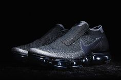 First debuted during the COMME des GARÇONS's SS17 collection runway show earlier this week, the CDG for Nike VaporMax has finally been officially unveiled. Black Nikes, Black Nike Shoes, Nike Shoes Cheap, Nike Air Vapormax, Nike Air Force, Nike Images, Streetwear, Trainers, Sneakers Nike