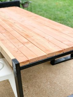 Create this DIY modern outdoor table for $45 in just a couple of hours. Such a fun way to spruce up your patio for Summer! #outdoortable #diyoutdoortable Pallet Table Outdoor, Outdoor Kitchen Patio, Outdoor Paint, Outdoor Tables, Patio Table, Outdoor Dining, Pallet Tables, Pallet Benches, Pallet Couch
