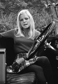iconic music コ retro vintage french singer france gall femmeactuelle. France Gall, French Pop, French Vintage, Retro Vintage, Blouse Corset, 60s Makeup And Hair, Emo, Ear Hair Trimmer, Sixties Fashion