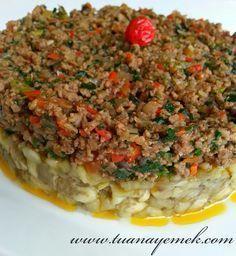 Malzemeler: - 4 adet büyük patlıcan - 300 gr kıyma - 1 adet iri kuru soğan - 1 adet domates - 1 adet kapy... Turkish Mezze, Meat Recipes, Cooking Recipes, My Favorite Food, Favorite Recipes, Egyptian Food, Good Food, Yummy Food, Mince Meat