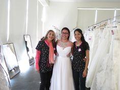 La novia ganadora del vestido de novia gratis a su eleccion. feliz de haber encontrado el vestido de sus sueños. ¡