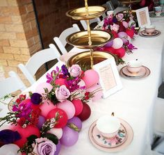 We absolutely love this idea! Can't wait to try it out… balloons and flower table runner! - New Deko Sites Balloon Centerpieces Wedding, Balloon Arrangements, Wedding Table Decorations, Wedding Balloons, Bridal Shower Decorations, Balloon Decorations, Floral Arrangements, Masquerade Centerpieces, Balloon Flowers