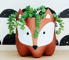 Upcycling: Blumentopf mit Fuchs aus alter PET-Flasche – Bastelanleitung via Make… Upcycling: Flower pot with fox from old PET bottle – crafting instructions via Makerist. Upcycled Crafts, Recycled Art, Diy And Crafts, Arts And Crafts, Plastic Bottle Crafts, Diy Bottle, Wine Bottle Crafts, Bottle Art, Uses For Plastic Bottles