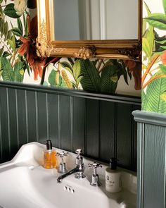 Thank you for sharing this image of your bathroom featuring our Tongue and Groove Standard Wall Panelling and tropical wallpaper. Panelling is a great, on-trend way to add a feature to any room in your home. For more inspiration, visit Howdens. Vintage Bird Wallpaper, Paper Wallpaper, Bathroom Wallpaper, Vintage Birds, Bathroom Paneling, Wall Panelling, Demis Murs, Tongue And Groove Panelling, Tropical Bathroom