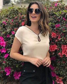 Nossa maravilhosa blusa de crepe na cor areia! #moda #roupas #roupasfemininas #vestuario #blusas #shorts #atacado #varejo #bomretironamoda #bomretiro #josepaulino #cesarelombroso Kurta Designs, Blouse Designs, Classy Outfits, Casual Outfits, Kurti Sleeves Design, Indian Designer Wear, Look Chic, Blouse Styles, Dress Patterns