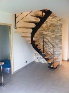 Escalier métallique, limon central débillardé, marches en bois et garde-corps en métal