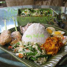 masakan Bali itu kaya bumbu dan pedas rasanya, hampir semua bumbu dipakai, untuk nasi campur ini dilengkapi dengan tum ayam - sate ikan/li...