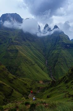 Mnweni Pass in the Northern Drakensberg, KwaZulu-Natal (South Africa). Photo by Carl Smorenburg. Paises Da Africa, Out Of Africa, South Africa, Africa Art, What A Wonderful World, Beautiful World, Beautiful Places, Amazing Places, Namibia