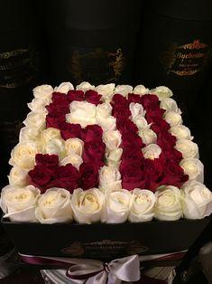 Aranajament din trandafiri rosii si albi semnificand cifra 50 Roses Luxury, Luxury Flowers, Black And White Roses, Pink And Gold, Orange Roses, Purple Roses, Stock Wedding Bouquet, Stock Box, Stock Flower
