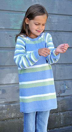 Praktisk tunika/kjole med lange ærmer til pigerne. Striberapporten er forskellig på ærmer og krop, men farverne er de samme.