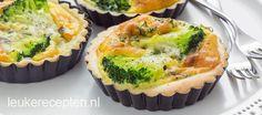 Kleine hartige taartjes met broccoli en een krachtige en pittige smaak van roquefort kaas