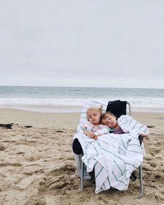 kiddos on the beach Cute Kids, Cute Babies, Baby Kids, Beach Babies, Baby Family, Family Life, Little People, Little Ones, Foto Baby