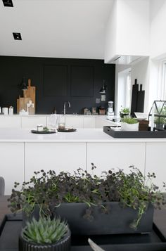 45 Uncommon Black Scandinavian Kitchen Design For Your Inspirations. Get More Princely Scandinavian Kitchen Black Ideas Deco Design, Küchen Design, Modern Kitchen Cabinets, Kitchen Decor, Kitchen Modern, Black Kitchens, Home Kitchens, Kitchen Black, Cocinas Kitchen