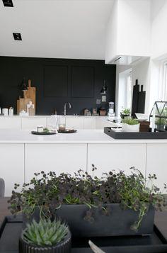 Witte keuken met zwarte muur  - voor meer keukeninspiratie http://www.uw-keuken.nlIMG_7529RED
