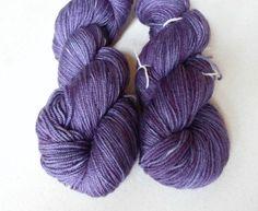 Smuk lilla håndfarvet corriedale mellemkraftigt garn. Garn i en mellemkraftig…