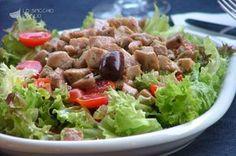 L'insalata di tonno fresco è un secondo piatto a base di tonno fresco cubettato e leggermente scottato in padella. Completa così un'insalata fresca per un piatto leggero, veloce e prettamente estivo.