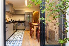 cozinha, piso ladrilho hidraulico, armario cinza, parede tijolinho