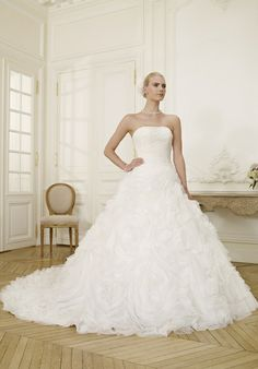Ein Traum in weiß: romantisches, majestetisches, bodenlanges Brautkleid in der Farbe Elfenbein von Pronuptia Paris - Jetzt ansehen in der weddix Brautkleider-Galerie