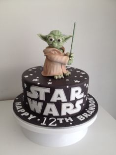 Yoda is made from rice krispie treats, decorated with gum paste Star Wars Torte, Star Wars Cake, Yoda Cake, Disney Cake Toppers, Star Wars Birthday Cake, Movie Cakes, Sweet Tarts, Cakes For Boys, Creative Cakes