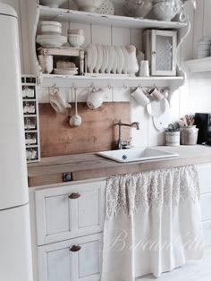 27 Country Cottage Style Kitchen Decor Ideas to help you w .- 27 Country Cottage Style Kitchen Decor Ideas to make you fall in love with your kitchen again Source by dekorationtrend - Shabby Chic Kitchen Decor, Cottage Style Kitchen, Chic Kitchen Decor, Farmhouse Kitchen Curtains, Country Kitchen, Chic Kitchen, Home Decor, Kitchen Styling, Shabby Chic Kitchen
