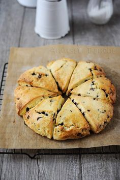 Scones aux pépites de chocolat - - - Lee. this looks delicious!!! and it looks just like Thomas´s scones, gonna try it!!!