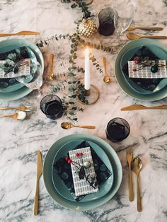 Beautiful Christmas table decoration with golden cutlery and eucalyptus! decorations # christmas # marble Beautiful Christmas table decoration with golden cutlery and eucalyptus! Christmas Table Decorations, Decoration Table, Fleur Design, Christmas Bedroom, Christmas Aesthetic, Vase, Diy Room Decor, Home Decor, All Things Christmas