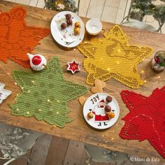 Scheme+on+squared+pape+to+realize+the+star-shaped+filet+crochet+coasters.+They+are+in+various+colours+and+with+different+subjects. Crochet Christmas Hats, Crochet Christmas Decorations, Christmas Crochet Patterns, Filet Crochet Charts, Tunisian Crochet, Free Crochet, Christmas Time, Christmas Crafts, Xmas