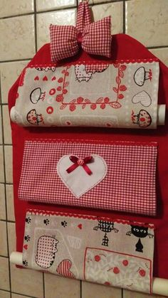 Porta rotoli da cucina Sewing Hacks, Sewing Tutorials, Sewing Crafts, Craft Projects, Sewing Projects, Projects To Try, Kitchen Roll Holder, Paper Roll Holders, Felt Fabric