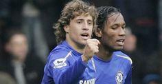 Crespo sigue en racha  Crespo, acompañado por el marfileño Drogba, festeja su gol, el segundo de Chelsea, el que abrió el camino a la victoria para el campeón