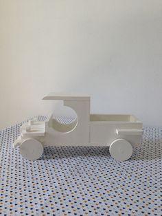 Caminhãozinho modelo antigo para decoração infantil.