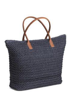 Shopper: Een zachte strooien tas met twee hengsels van imitatieleer en een ritssluiting bovenaan. De tas is gevoerd en heeft twee binnenvakken. Afmetingen 35x49 cm.