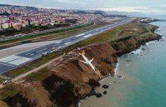 ВТурции пассажирский самолет съехал свзлетно-посадочной полосы. Фотография — Meduza