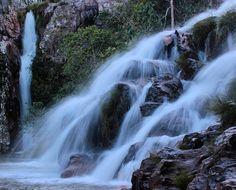 Cavalcante - É a terceira cidade da Chapada dos Veadeiros juntamente com Alto Paraíso e São Jorge. Essa é a Cachoeira da Capivara. Lindíssima e muito fácil para chegar com uma trilha de menos de 1 Km. Normalmente os guias combinam seu passeio juntamente com a Cachoeira Santa Barbara. Adorei a Capivara além de ser uma cachoeira com uma queda linda tem um excelente poço para banho. #chapadadosveadeiros #chapada #cachoeira #cachu #waterfall #goias #iggoias #meubrasilviagem #meeubrasil…