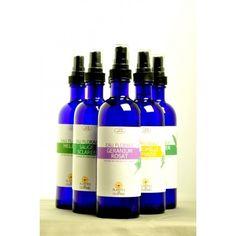 L'eau florale bio de lys possède des vertus apaisantes, calmantes et éclaircissantes.  Composée de 100 % d'hydrolat de lys, elle est 100 % naturelle et bio et respecte parfaitement la peau.  Elle ne contient ni additifs ni conservateurs, ni alcools.