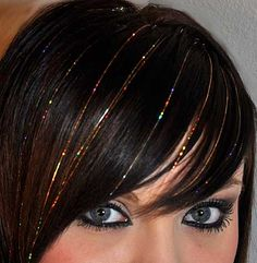 Apply Hair Tinsel Can your hair get more festive than this? Shining Hair Tinsel Extensions tutorial included on webpage My Hairstyle, Pretty Hairstyles, Hairstyle Tutorials, Beauty Secrets, Beauty Hacks, Beauty Tips, Hair Tinsel, Glitter Hair, Glitter Glue