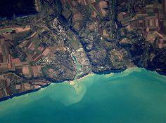 La Terre est belle vue de l'espace. Et la France ne fait pas exception. Depuis le début de sa mission à bord de la Station spatiale internationale, l'astronaute Thomas Pesquet prend – entre autres – de nombreuses photos de l'Hexagone, qu'il partage généreusementsur les réseaux sociaux. En voici une compilation, avec les commentaires de l'auteur des clichés.