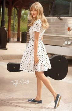 Taylor Swift in a cute dress(I totally heart it and want it!) and cute keds(which I also adore!)