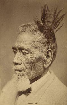 Tā moko <> Chef Maori - Maori chief with tattoed face wearing peacock feather; between 1860 and 1879 Maori Face Tattoo, Ta Moko Tattoo, Maori Tattoos, Auckland Art Gallery, Polynesian People, Maori People, Anthropologie, Maori Designs, Maori Art