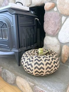 I was on my way to a table of free items advertised on my my local Facebook page when I noticed a large piece of aluminum duct work on the side of the road. So I did what any junk loving crafter would do, I pulled over and threw it into my car. Burlap Pumpkins, Glitter Pumpkins, Wood Slat Wall, Wood Slats, Diy Fall Wreath, Fall Diy, Monster Wreath, Shabby Chic Fall, Marble Mugs