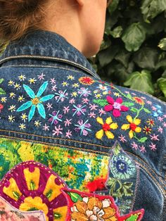 Frida Kahlo Jacket,/ frida kahlo / flower embroidered denim jacket / Great ideas for lovely embroidery By embroidering beautiful patterns, little figures or beautiful ed. Embroidered Denim Jacket, Embroidered Clothes, Look Boho Chic, Moda Hippie, Kleidung Design, Denim Art, Denim Ideas, Denim Crafts, Painted Clothes