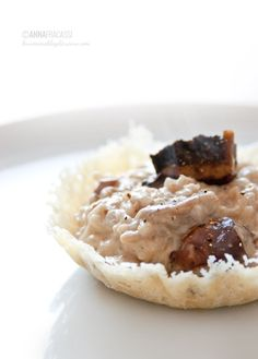 Un risotto ai funghi con una base di vino rosso servito in croccanti cialde di Parmigiano Reggiano. ©AnnaFracassi