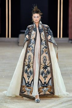Guo Pei Fall 2019 Couture Collection - Vogue The complete Guo Pei Fall 2019 Couture fashion show now on Vogue Runway. Couture Trends, Haute Couture Style, Couture Week, Collection Couture, Fashion Show Collection, Fashion Week, Runway Fashion, Fashion Trends, Gothic Fashion