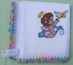 Fralda bordada a ponto de cruz com barra em crochet.