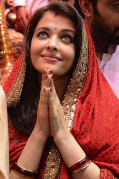 Aishwarya Rai praying at Lalbaugcha Raja #Bollywood #Fashion #Style #Beauty