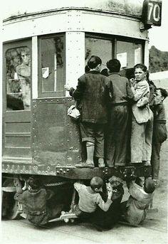 Tramvia de Barcelona als anys 30' Això sí que era jugar-se la vida!