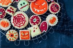 Wat is er leuker dan koekjes bakken en versieren met je kinderen? In de herfstvakantie maak je deze griezelige koekjes voor Halloween zelf en versier je ze met glazuur om ze zo eng mogelijk te maken! Steek verschillende vormpjes uit het koekdeeg voor zoveel mogelijk enge koekjes. Welk koekje probeer jij als eerst: het spook, de pompoen of het monster?