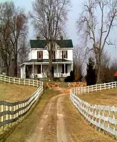 This looks a little like our setup... Want to add at least some kind of porch #oldfarmhouse Old Farm Houses, Country Farm Houses, Country Farmhouse Exterior, Farm Cottage, Country Homes, Country Living, White Farmhouse, Modern Farmhouse, Farmhouse Decor